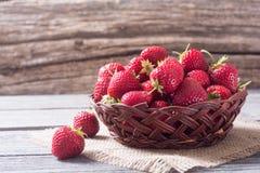 Verse aardbeien in een mand Royalty-vrije Stock Afbeelding