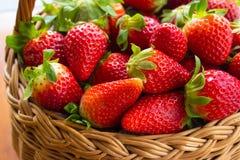 Verse aardbeien in een mand in de tuin Stock Foto