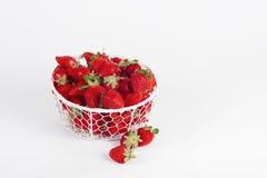 Verse aardbeien in een mand op een witte achtergrond Stock Afbeeldingen