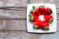 Verse aardbeien in een schotel op houten lijst Royalty-vrije Stock Foto