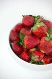 Verse Aardbeien in een Witte die Kom op Witte Achtergrond wordt geïsoleerd Royalty-vrije Stock Foto
