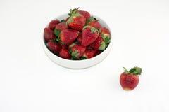 Verse Aardbeien in een Witte die Kom op Witte Achtergrond wordt geïsoleerd Royalty-vrije Stock Afbeelding