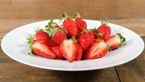 Verse aardbeien in een witte plaat stock fotografie