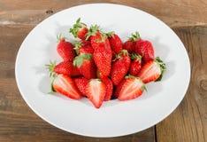 Verse aardbeien in een witte plaat royalty-vrije stock afbeelding
