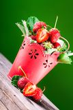 Verse aardbeien in emmer royalty-vrije stock afbeeldingen
