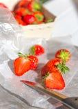 Verse aardbeien en een mes Stock Foto