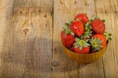 Verse aardbeien in houten kom Stock Fotografie