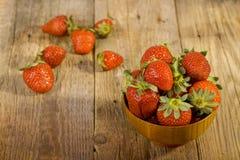 Verse aardbeien in houten kom Stock Foto