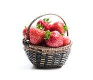 Verse aardbeien in kleine die mand op wit wordt geïsoleerd royalty-vrije stock afbeelding