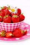Verse aardbeien in kom Royalty-vrije Stock Foto