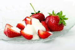Verse aardbeien in kom Stock Foto's