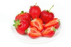 Verse aardbeien in kom Stock Afbeeldingen