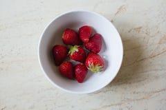 Verse aardbeien in kom royalty-vrije stock foto's