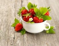 Verse aardbeien met bladeren en bloemen Stock Fotografie