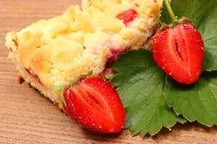 Verse aardbeien met bladeren en stuk van gistcake Royalty-vrije Stock Afbeelding
