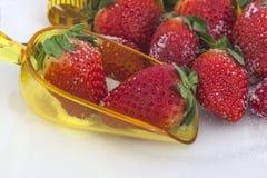 Aardbeien met maatregelenband Stock Foto's