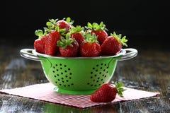 Verse aardbeien op de lijst Royalty-vrije Stock Afbeeldingen