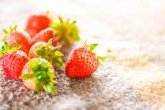 Verse aardbeien op de lijst Stock Afbeelding