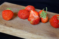 Verse aardbeien op een houten scherpe raad Stock Foto