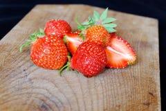Verse aardbeien op een houten scherpe raad Royalty-vrije Stock Afbeeldingen