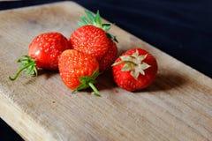 Verse aardbeien op een houten scherpe raad Royalty-vrije Stock Fotografie