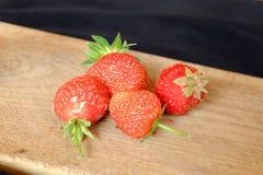 Verse aardbeien op een houten scherpe raad Stock Foto's