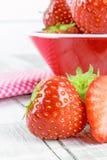 Verse Aardbeien op een lijst en in een kom Royalty-vrije Stock Fotografie