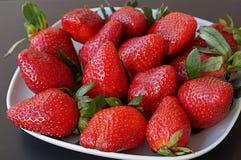Verse aardbeien op een plaat Stock Afbeelding