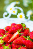 Verse aardbeien op een uitstekend houten dienblad Royalty-vrije Stock Foto