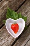 Verse aardbeien op houten achtergrond royalty-vrije stock foto