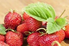 Verse aardbeien op lijst Royalty-vrije Stock Foto's