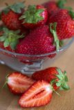 Verse aardbeien op oude houten achtergrond stock foto's