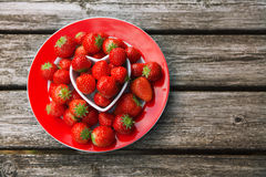 Verse aardbeien op oude houten achtergrond, stock foto