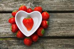 Verse aardbeien op oude houten achtergrond royalty-vrije stock fotografie