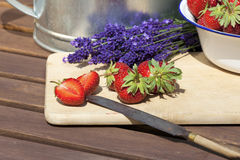Verse aardbeien op scherpe raad Stock Foto