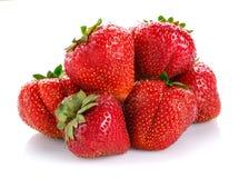 Verse aardbeien op witte achtergrond Stock Afbeeldingen