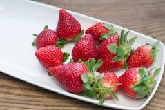 Verse aardbeien op witte rechthoekige plaat Stock Foto's