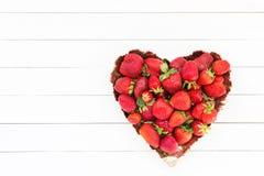 Verse aardbeien in plaat op witte houten lijst, exemplaarruimte Het hart van de aardbei Stock Fotografie