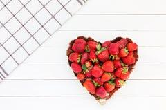 Verse aardbeien in plaat op witte houten lijst Het hart van de aardbei Royalty-vrije Stock Fotografie
