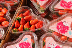 Verse aardbeien in plastic dozen in de vorm van hart Utrech Royalty-vrije Stock Fotografie