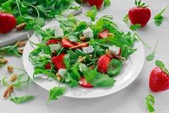 Verse aardbeisalade met arugula op witte plaat Royalty-vrije Stock Afbeeldingen