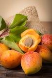 Verse abrikozen met blad Royalty-vrije Stock Fotografie
