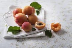 Verse abrikozen op een ceramische scherpe raad Stock Foto's