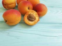 Verse abrikozensnack op een blauwe houten achtergrond stock fotografie
