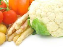 Verse & heldere groenten op witte achtergrond Stock Afbeeldingen
