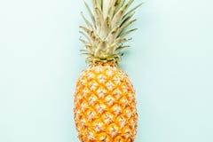 Verse ananas die op blauwe achtergrond liggen Hoogste mening Vlak leg concept stock afbeelding