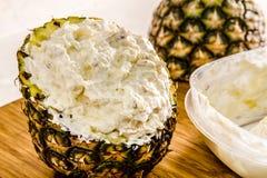 Verse Ananas en Geroosterde Kokosnotenonderdompeling Stock Afbeelding