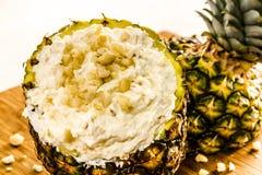Verse Ananas en Geroosterde Kokosnotenonderdompeling Royalty-vrije Stock Afbeeldingen