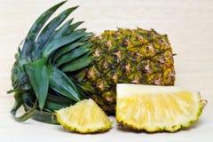 Verse ananas met plakken op hout Stock Afbeelding