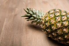 Verse ananas op een houten lijst Royalty-vrije Stock Foto
